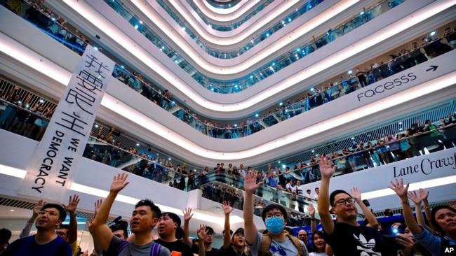 香港抗议者在中环国际金融中心发动快闪大合唱《愿荣光归香港》。(2019年9月12日)