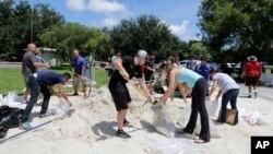 Warga di kota Miami, Florida, AS bersiap-siap menghadapi ancaman banjir akibat badai Irma, Kamis (7/9).