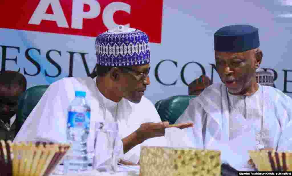 Shugaba Buhari (Hagu) a lokacin da suke tattaunawa da shugaban jam'iyyar APC, John Oyegun (Dama) a taron Shugabannin jam'iyyar ta APC