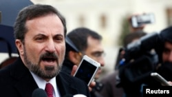 参加日内瓦和谈的叙利亚反对派全国联盟发言人卢瓦伊•萨菲在联合国日内瓦总部对媒体讲话。(2014年2月10日)
