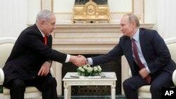 روس کے صدر ولادی میر پوٹن، اسرائیل کے وزیر اعظم بنیامن نتین یاہو سے مصافحہ کر رہے ہیں۔ ماسکو 30 جنوری 2020