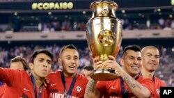 2016年6月26日智利国家足球队获美洲杯冠军后高举奖杯。