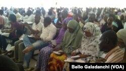 Wani aji cike makil da dalibai a Jami'ar Bayero dake Kano, Najeriya. Yuni 11, 2013.