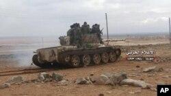 Tentara pemerintah Suriah mengendarai tank di bagian selatan Aleppo, dalam foto yang dirilis media pemerintah pada 20 Januari 2018.