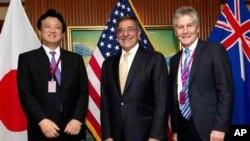 Menhan AS, Leon Panetta (tengah) berpose bersama Wakil Menhan Jepang, Shu Watanabe (kiri) dan Menhan Australia Stephen Smith di KTT Keamanan Asia di Singapura (2/6)