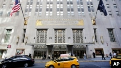 一辆出租车驶过纽约著名的华尔道夫酒店。(2014年10月6日)