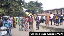 Assemblée générale des enseignants pour décider de la conduite à tenir, le 23 juillet 2019 à Cotonou. ( VOA/Ginette Fleure Adande)