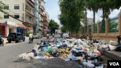 Trash piles up on Mehru Square's street in Phnom Penh, Cambodia, on October 06, 2020. (Aun Chhengpor/VOA Khmer)