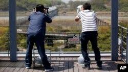 지난달 24일 한국 파주시 임진각에서 관광객들이 망원경으로 북쪽을 쳐다보고 있다. (자료사진)