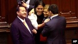 Legisladores peruanos celebran el resultado de la votación en contra de la destitución del presidente Pedro Pablo Kuczynski en Lima.