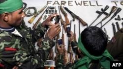 Nhóm người mặc đồng phục đầy đủ đã trao các súng tự động và các loại vũ khí khác trong buổi lễ diễn ra hôm nay tại Guwahati, thủ phủ bang Assam