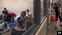 Los centros de detención de inmigrantes indocumentados dan inadecuada atención médica, según un reporte de ICE.