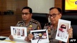 Foto-foto Para Wijayanto dan berbagai barang yang disita polisi diperlihatkan kepada media dalam konferensi pers di Jakarta, saat Wijayanto bersama istrinya ditangkap Densus 88 di sebuah hotel di Bekasi, 1 Juli 2019. (Foto: dok).