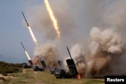 Vojska Severne Koreje tokom ispaljivanja raketa u Istočno more za vreme vojne vežbe u Severnoj Koreji, 4. maja 2019.