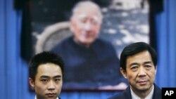 حکمران چینی جماعت کے اہم راہنما بو ژیلائی کے ہمراہ اُن کا بیٹا، بو گئاگا (فائل)
