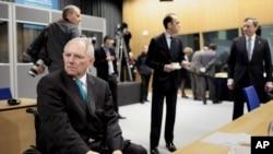 O ministro alemão das Finanças Wolfgang Schauble em primeiro plano