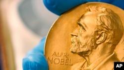 En esta fotografía de archivo del 17 de abril de 2015 se muestra una medalla de oro del Premio Nobel.