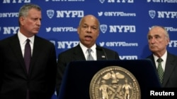 U.S. Secretary of Homeland Security Jeh Johnson speaks at a news conference with New York City Mayor Bill de Blasio, left, and New York City Police Commissioner William Bratton in New York City, July 8, 2016, following the shootings of police officers in Dallas.