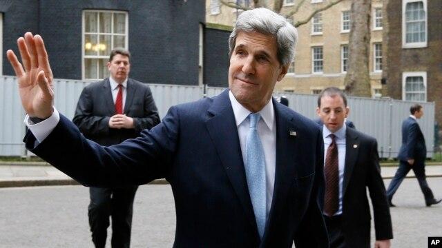 Menteri Luar Negeri AS John Kerry di London dalam kunjungan luar negeri pertamanya sebagai menlu. (AP/Kirsty Wigglesworth)