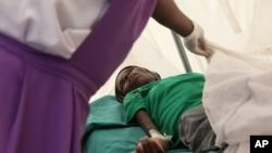 哈拉雷一名感染艾滋病毒的患者被送往医院(资料照片)