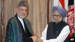 阿富汗总统卡尔扎伊(左)和印度总理辛格(资料照)