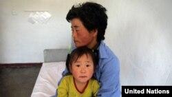 유니세프의 지원을 받는 함흥의 한 병원에서 북한 모녀가 진료를 기다리고 있다. (자료사진)