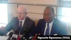 Les ministres Thierry Moungalla de la Communication, et Pierre Mabiala de la Justice, des Droits humains et de la promotion des Populations autochtones, de la République du Congo, lors d'un point de presse à Brazzaville, République du Congo, 6 juin 2016.