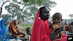 在南苏丹的一个难民营,难民们在等待发放食品