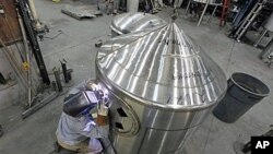 美国俄勒冈州的一名工人在进行焊接