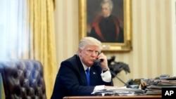 美国总统川普在白宫椭圆形办公室打电话。(资料照片)