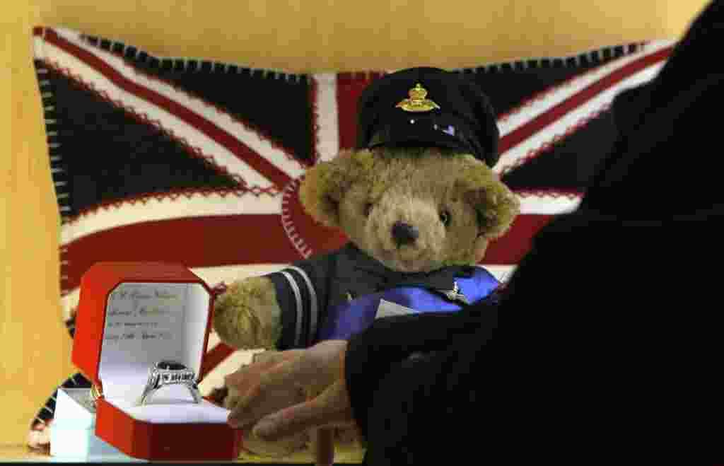 """Un oso de peluche llamado """"Guillermo"""" y una imitación del anillo de compromiso en una tienda en Inglaterra."""