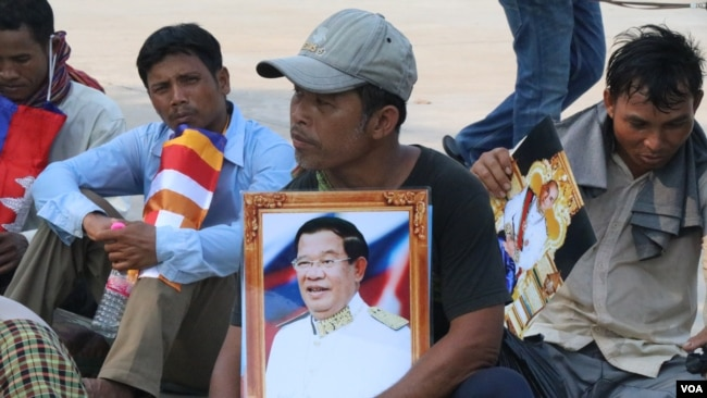 Villagers from Kratie province gathered in the country's capital seeking help from Prime Minister Hun Sen over a land dispute case with a rubber plantation company, Phnom Penh, Cambodia, April 23, 2018. (Sun Narin/VOA Khmer)
