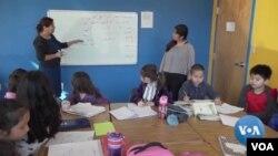 Sebuah sekolah Minggu di pinggiran Virginia utara Washington DC mengajarkan bahasa dan budaya Uighur kepada anak-anak muda Amerika-Uighur. (Foto: VOA)