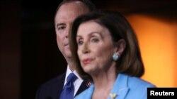 آدام شیف در کنار نانسی پلوسی، رئیس دموکرات مجلس نمایندگان آمریکا