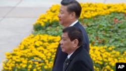 菲律宾总统杜特尔特与中国国家主席习近平在人民大会堂外的欢迎仪式上(2016年10月20日)