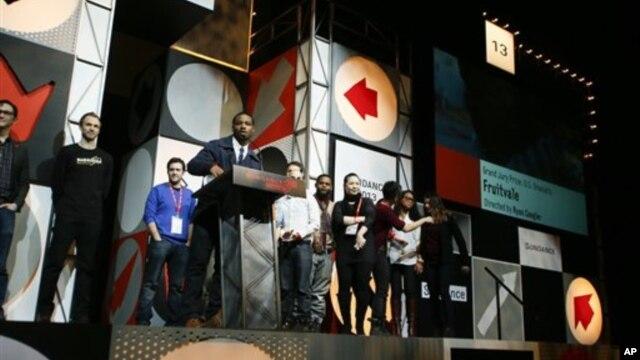 """Sutradara dan penulis cerita Ryan Coogler menerima penghargaan tertinggi Festival Film Sundance untuk film drama """"Fruitvale"""" di Park City, Utah, 26 Januari 2013. (Photo by Danny Moloshok/Invision/AP)"""