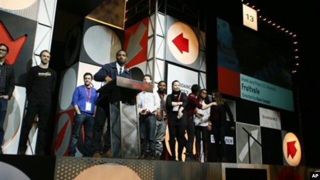 Đạo diễn 26 tuổi Ryan Coogleran nhận giải thưởng tại Park City, Utah. (Ảnh: Danny Moloshok/Invision/AP)