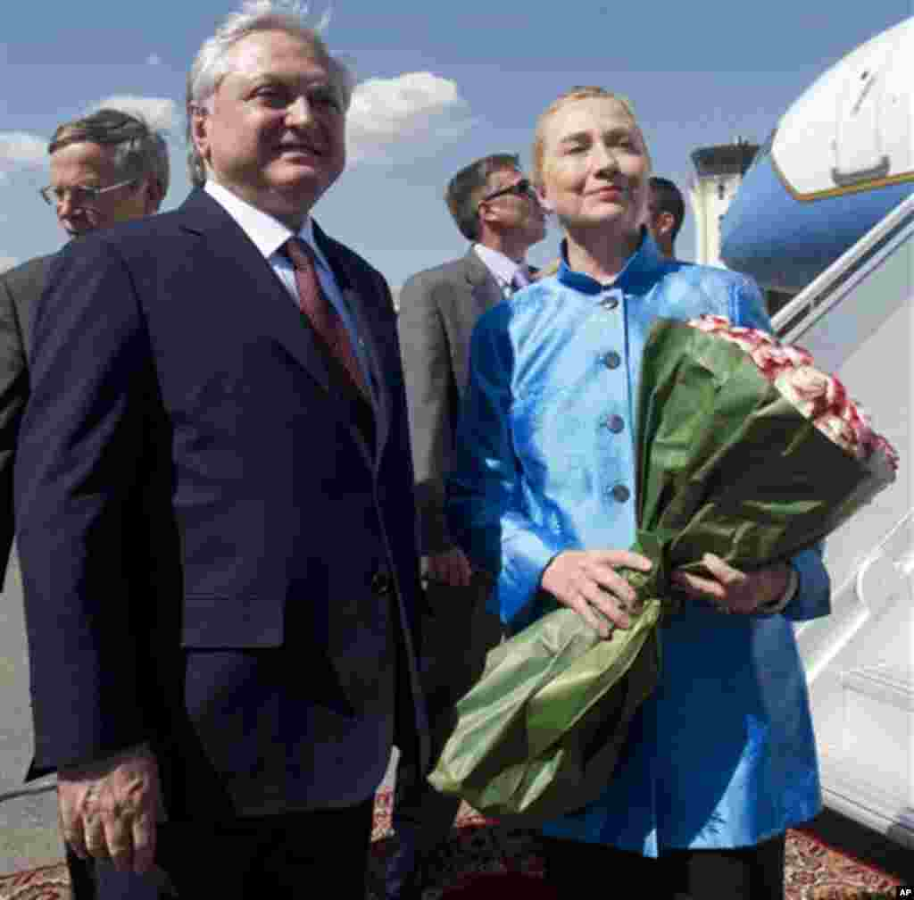 Armenian Foreign Minister Edward Nalbandian greets US Secretary of State Hillary Rodham Clinton after her arrival at Yerevan International Airport in Yerevan, Armenia, Monday June 4, 2012. (AP Photo / Saul Loeb, Pool)
