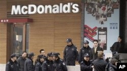 """中國公安在2月20日的""""茉莉花集會""""其中一個地點外戒備"""