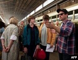 Džoel Kortni i Rajli Grifits razgovaraju o jednoj sceni sa rediteljem Džej Džej Ejbramsom.
