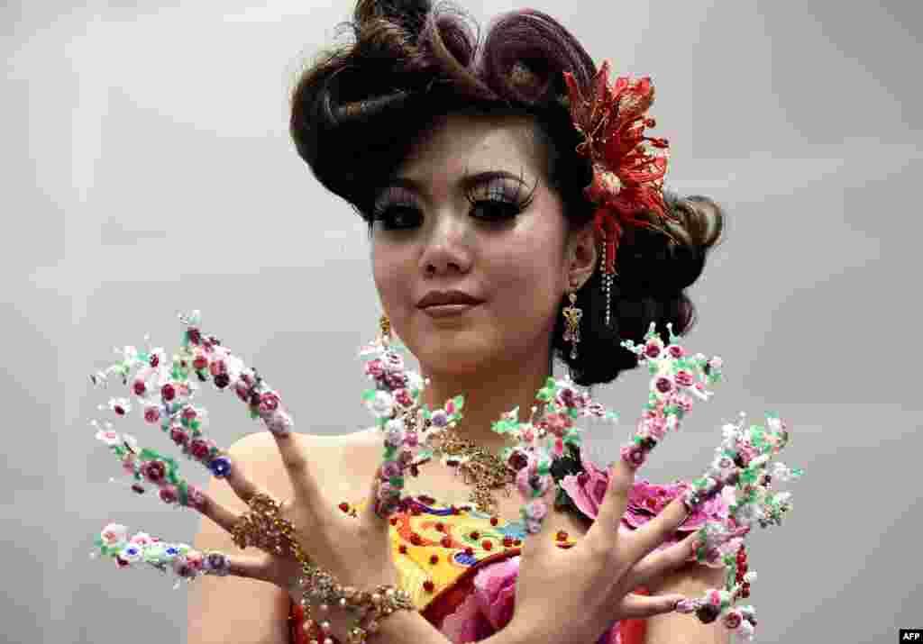 یکی از شرکت کنندگان در رقابت های آرایش و تزئین ناخن در کولالامپور مالزی.