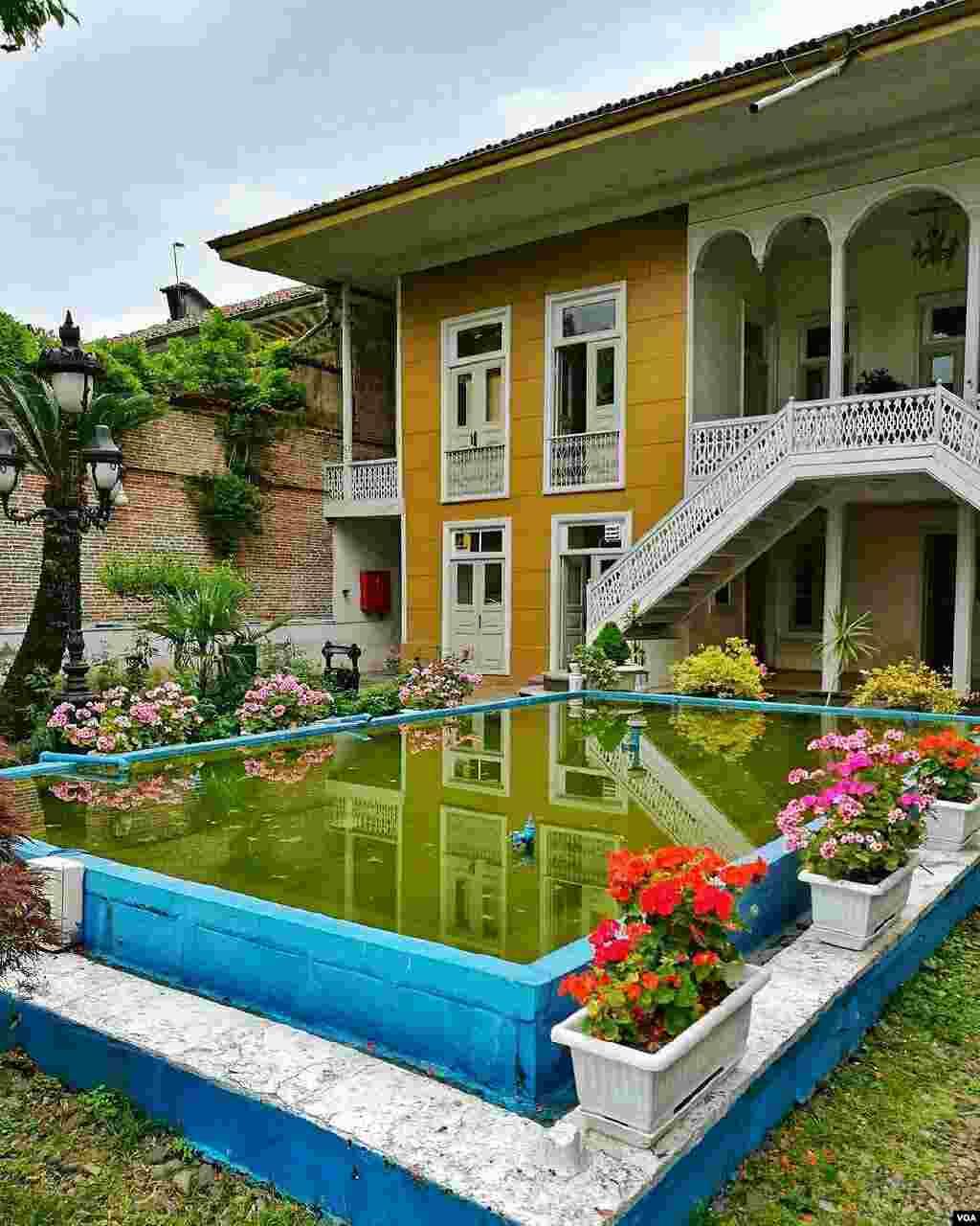 خانه اولین شهردار رشت که ۹۰ سال پیش ساخته شد و اکنون محل شورای شهر است. عکس: بهادر (ارسالی شما)