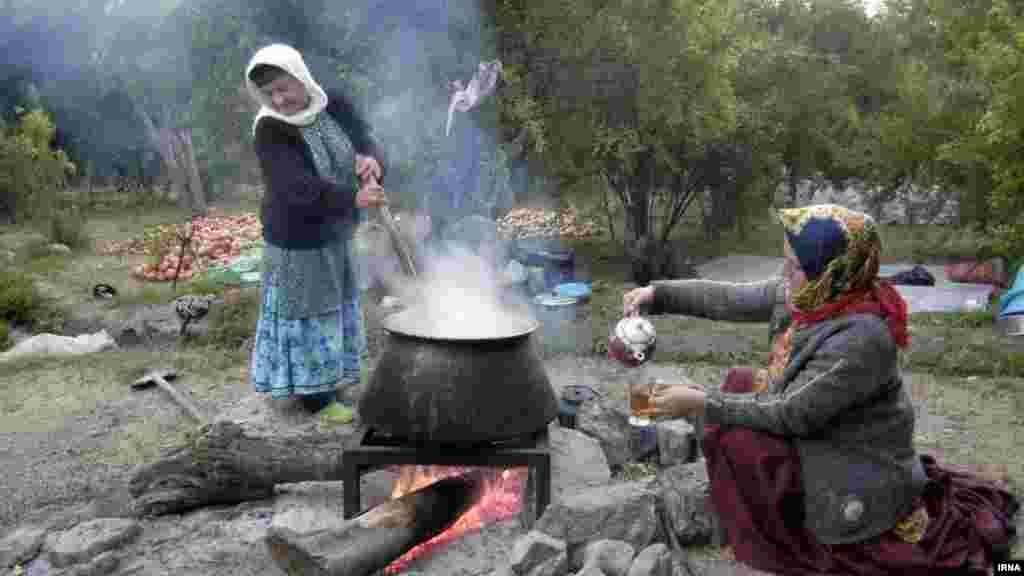 برداشت انار از روستای انبوه رودبار گیلان. آنها در حال تهیه رب انار از محصول برداشت شده هستند. عکس: ابوذر حمیدی جیرنده