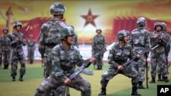 在北京郊外的裝甲兵工程學院的學員在當地及外國媒體面前操練和表演。(2014年7月22日)