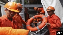 Đội cứu hộ Hải quân Philippines chuẩn bị ứng phó với bão Megi ngày 16/10/2010.