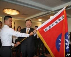 台湾驻美代表袁健生授旗给陆军官校学生