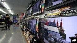 도쿄 전자상가에 비춰진 김정일 위원장 영결식 모습