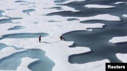 美國海岸警衛隊的一名船員,在北冰洋進行任務期間,檢索用品。(資料圖片)