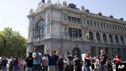 지난달 30일 스페인 은행 앞에서 벌어진 공무원들의 긴축 재정 반대 시위.