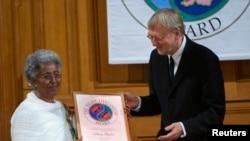 Bà Mafron Ejigayehu (trái) thay mặt bác sĩ Catherine Hamlin nhận giải thưởng Right Livelihood Award tại Thụy Điển, ngày 4/12/2009.